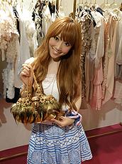 Noriko Nakamura锺情于美观配饰。