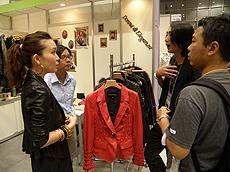 Matthew Kwok(右)聘请日语翻译员协助推销产品。