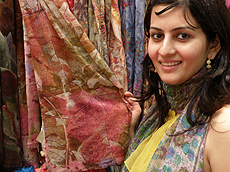 Shikul Narula展示廉宜服装配饰。