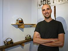 Roth展示独一无二的茶壶。