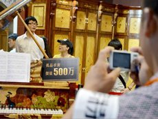 Photo: A unique piano with inlaid decorations, priced at Rmb5 million.