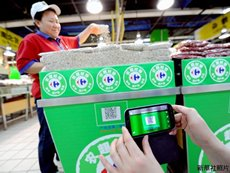 照片:用手機掃描可追溯生產源頭的二維碼。(新華社)