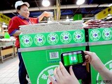 照片:用手机扫描可追溯生产源头的二维码。(新华社)
