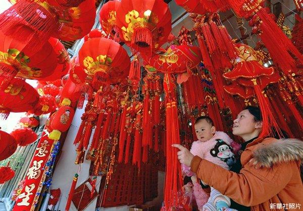照片:喜慶的福州市文化年貨市場。(新華社)