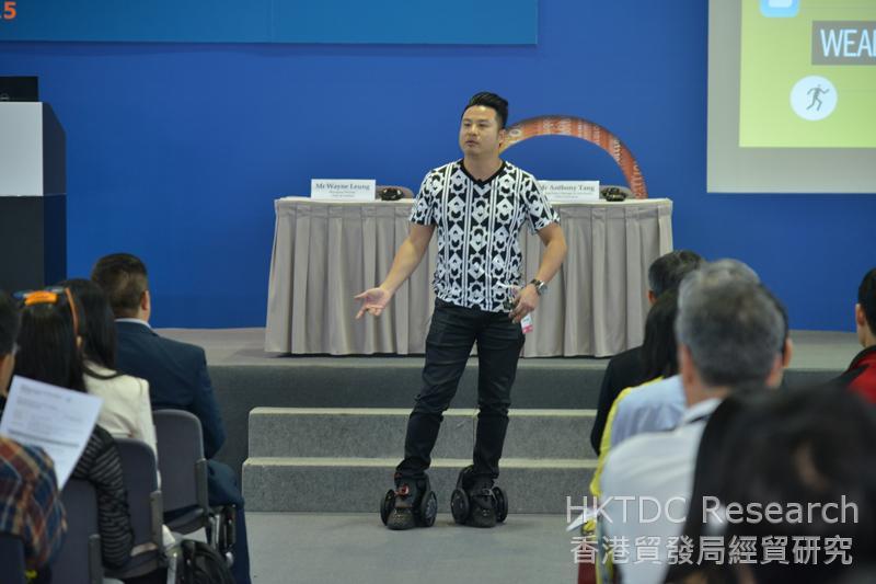 相片:梁嘉威在研讨会穿上智能电动滑轮鞋