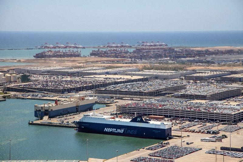 相片:巴塞罗那港拥有两个汽车运输专用码头,是地中海领先的汽车装卸设施。