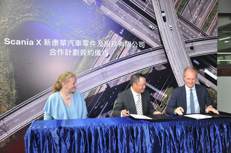 Photo: The signing of the contract between Scania and Xin Kang Heng Holdings.