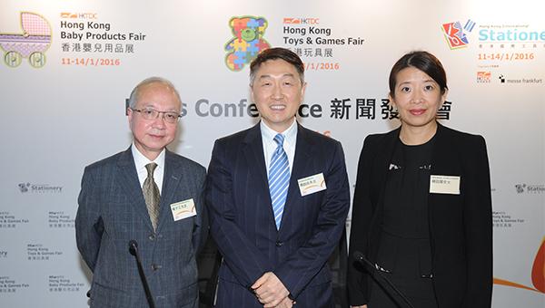 香港贸易发展局玩具业咨询委员会主席杨子江(左)、香港贸易发展局署理总裁周启良(中),以及法兰克福展览(上海)有限公司副总经理周劭阑(右),于6日举行的媒体记者会上为玩具展、婴儿用品展及文具展作介绍。