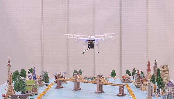 """参展商于展览厅1A的""""飞行示范区""""演示各类飞行产品。"""
