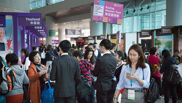 香港贸发局特别组织了63个内地及海外参观团,邀请逾1,000名来自20多个国家及地区的商界代表来港出席授权展。