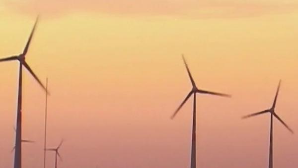 """""""我们认为这些市场增值尤为重要,中电在洁净能源方面具很大优势,可为国家引入再生能源,既满足用电需求,又不污染环境的发展模式,例如:风力、太阳能、洁净煤炭技术等。""""中电首席执行官蓝凌志认为""""一带一路""""倡导提供了一个好框架,好平台,让中国企业走向这些新市场。 香港贸易发展局订于5月18日举行首届""""一带一路高峰论坛"""",蓝凌志作为高峰论坛的名誉顾问,届时会分享中电的经验,以协助""""一带一路""""沿线国家和地区更环保地发展。蓝凌志表示:""""规模经济是产能的重要元素,扩大这些元素的生产规划,每度电的成本就会"""