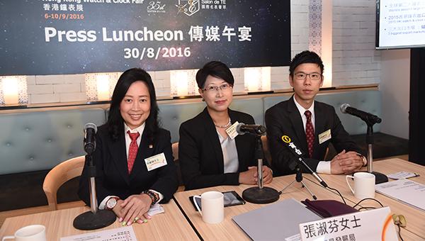 香港贸发局助理总裁张淑芬(中)、香港钟表业总会主席黄丽嫦(左)和香港表厂商会副会长高伟国(右)