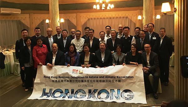 (前排右四)香港特区政府财政司司长曾俊华