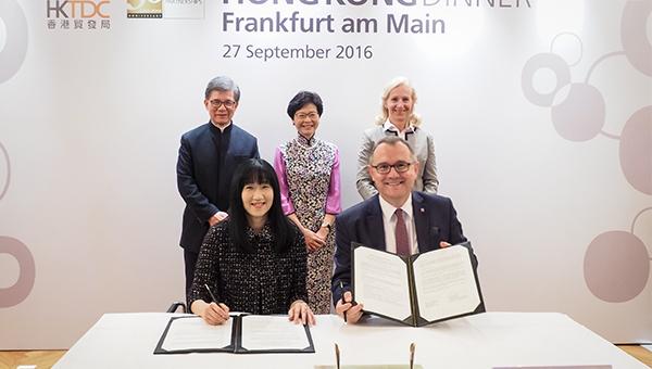 香港贸发局总裁方舜文(前左)与黑森州贸易及投资促进局行政总裁Rainer Waldschmidt
