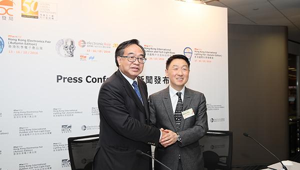 香港贸发局署理总裁周启良及香港贸发局电子及家电业咨询委员会主席卢伟国博士