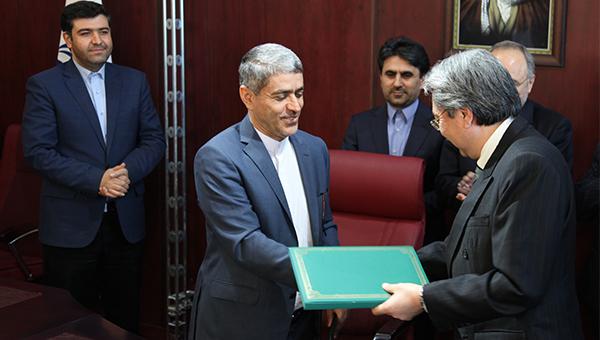 曾俊华(右)与Dr Ali Tayebnia(左二)