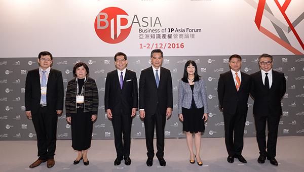 (左起)邓英俊、王彬颖、苏锦梁、梁振英、方舜文、易小准及严志明