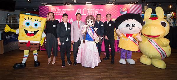 叶泽恩(左三)、一众参展商代表与海绵宝宝、马仔及《甜心格格》的甜丝丝