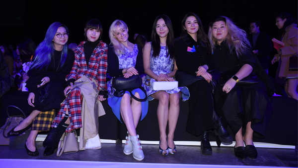 香港艺人陈明恩(左三)与多名时尚达人