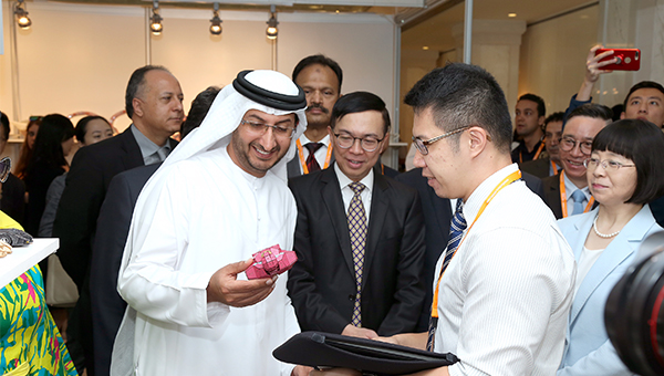 阿联酋经济部次长(左)香港贸发局助理总裁梁国浩(中)