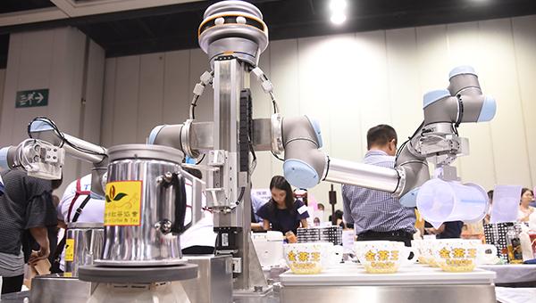 智能机器手臂示范冲奶茶