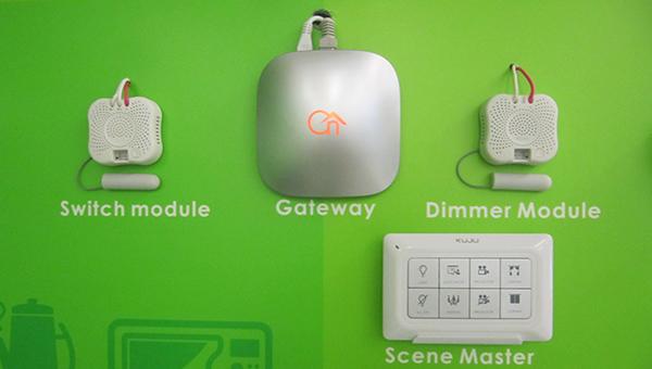 中央操控器(中间)操控模组(两侧)场景面板(下方)。