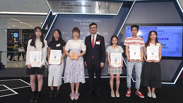 孙大豪(中)与香港钟表设计比赛学生组得奬者