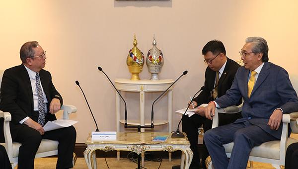 (左一)香港贸发局主席林建岳博士,(右一)泰国副总理颂奇