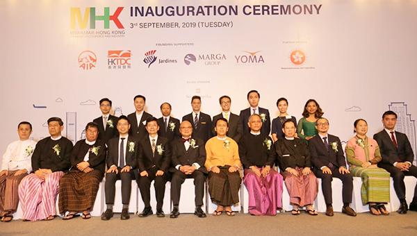 (前排左六)缅甸香港总商会主席关治平