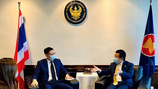 香港贸发局副总裁刘会平(左)泰国驻驻港总领事Tull Traisorat(右)
