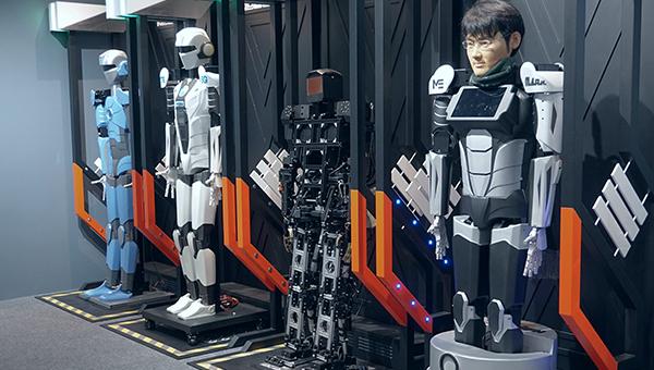 麦骞誉变身为机器人
