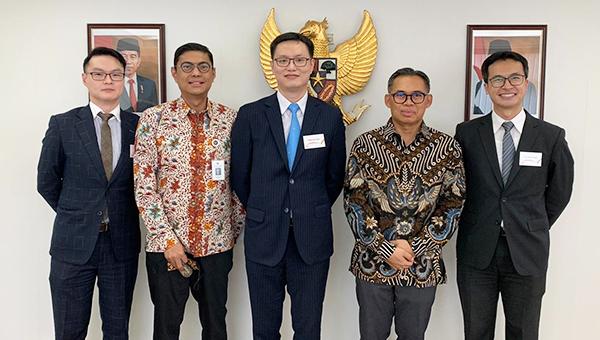 香港贸易发展局副总裁刘会平(中)及印尼总领事Ricky Suhendar(右二)
