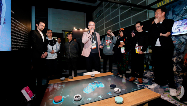 Mirum行政總裁麥煒健展示旗下新推出的多觸型互動工具「MyMirum」。