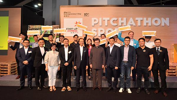 各評判(前排),10家得獎的初創企業代表(後排)