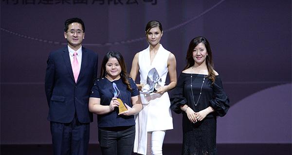 李瑋婷(左二)