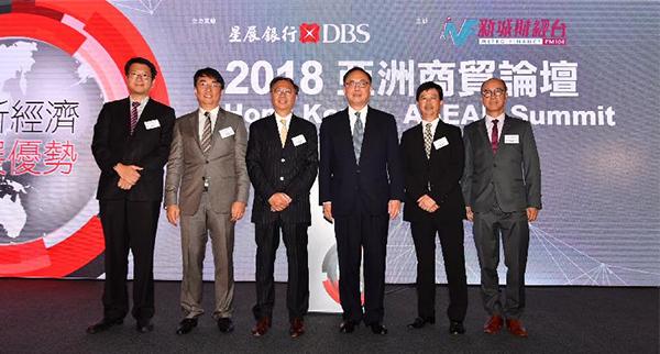 李家傑(左二)