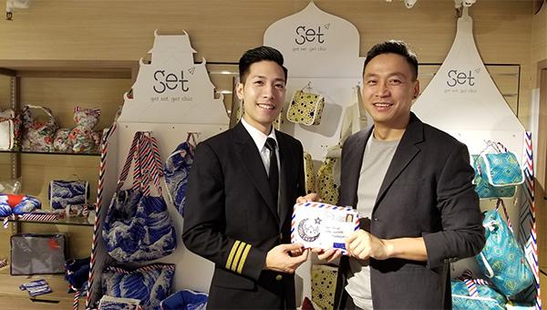 余鴻萬(右), 飛機師拍檔(左)