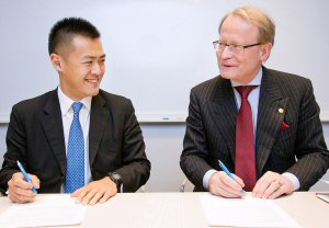 Donor Lau Ming Wai (left) and Karolinska Institutet Vice-Chancellor Anders Hamsten