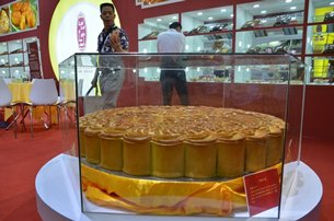 Giant mooncake from Lailai