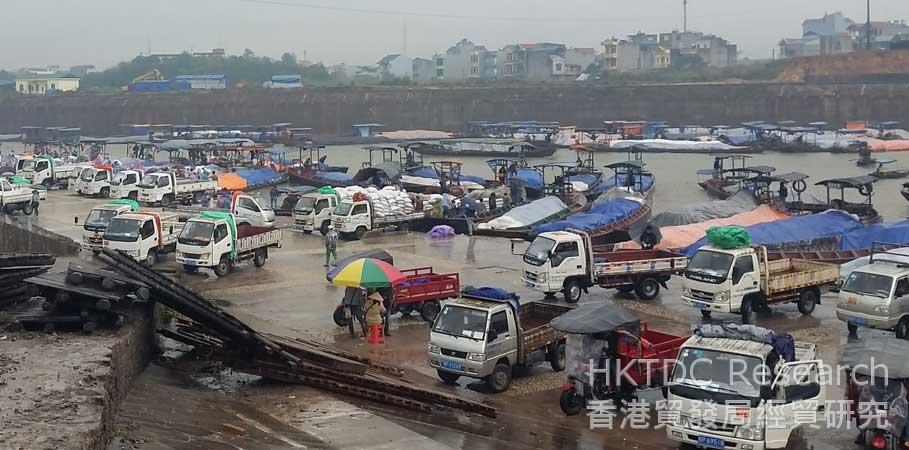 Photo: Brisk daily business: The Dongxing Border Inhabitant Mutual Trade Area.