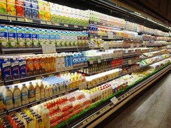 图: 超市出售外国品牌的奶类制品