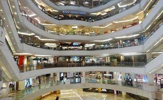 圖: 泗水的現代化商場匯集眾多國際知名品牌(Tunjungan Plaza、Galaxy Mall、Grand City)
