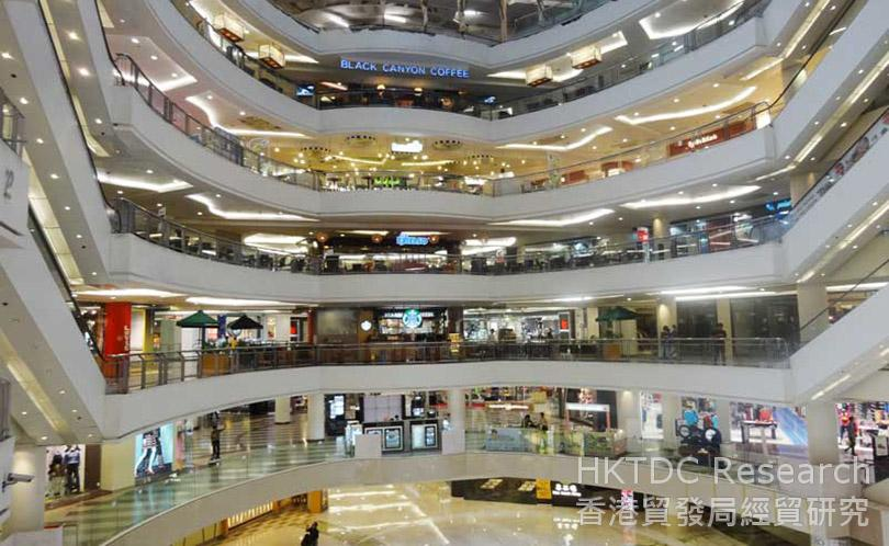 图: 泗水的现代化商场汇集众多国际知名品牌(Tunjungan Plaza、Galaxy Mall、Grand City)