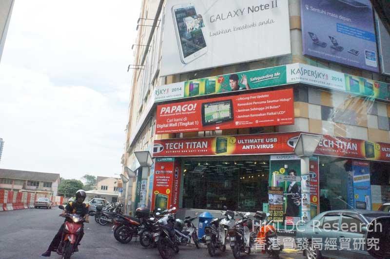 圖: 售賣資訊產品的商場外沒有行人道
