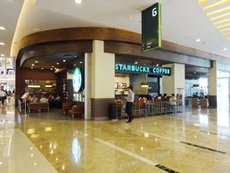 图: 国际咖啡店品牌在购物商场内随处可见。
