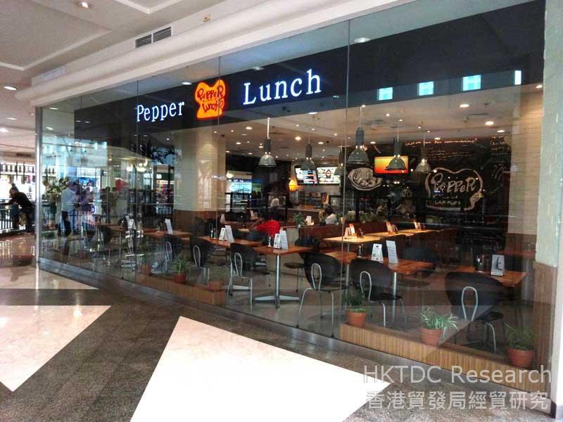 图: 供应亚洲菜式的餐厅室内装潢富现代感。
