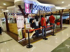 图: 外国小食及饮品店备受印尼消费者欢迎。