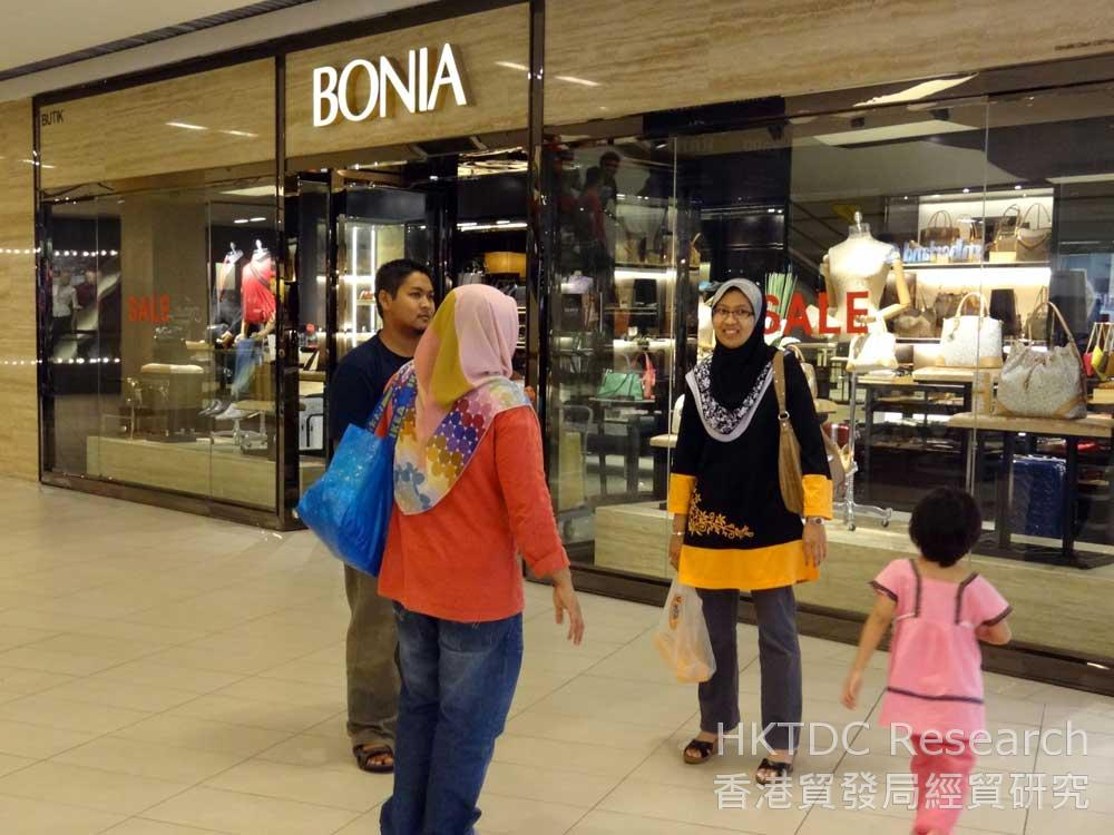 Photo: Muslim consumers in a mall