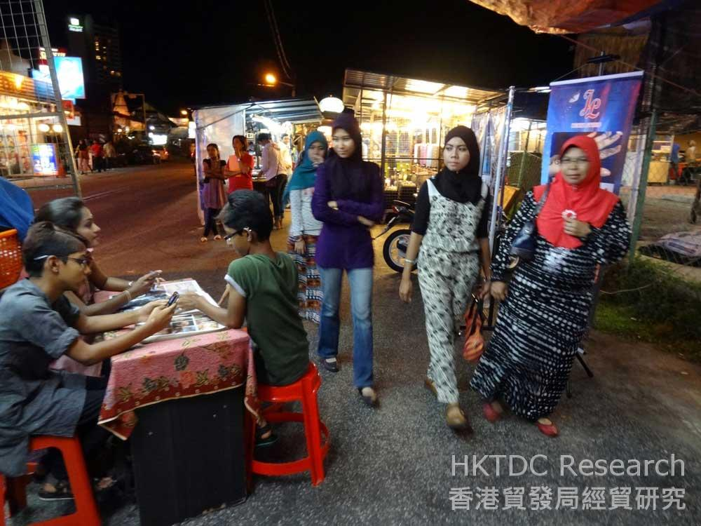 Photo: Muslim consumers in a night market