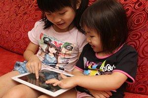 相片:孩子在玩平板電腦遊戲